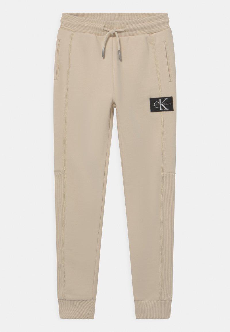Calvin Klein Jeans - BLOCKING BADGE - Tracksuit bottoms - muslin