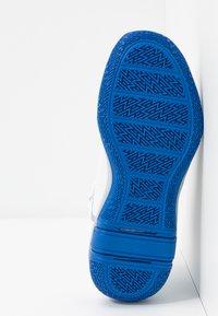 Puma - LEGACY MADNESS - Basketball shoes - white/peacoat - 4