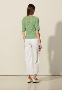 sandro - JOE - Print T-shirt - vert amande - 2