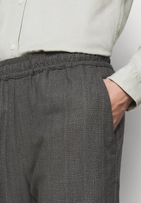 Won Hundred - CHASE - Trousers - black/grey - 5