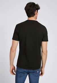 Guess - SCHMALES  - T-shirt con stampa - schwarz - 2