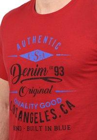 Blend - RUNDHALSSHIRT DOPPLER - Print T-shirt - pomp red - 2