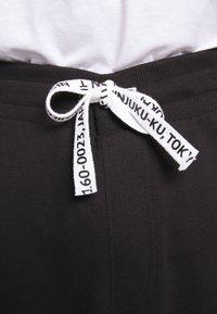 Only & Sons - KENDRICK CHINO PRINT  - Teplákové kalhoty - black - 6