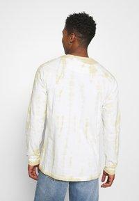 Karl Kani - SIGNATURE TIE DYE UNISEX - T-shirt à manches longues - white - 2