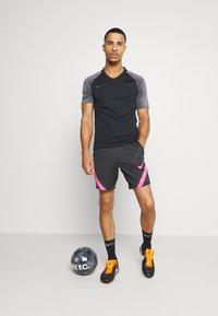 Nike Performance - DRY STRIKE SHORT - Sportovní kraťasy - black/anthracite/hyper pink - 1