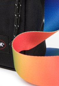 Eastpak - THE ONE - Across body bag - rainbow dark - 6