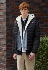 Levi's® - PRESIDIO PACKABLE JACKET - Down jacket - blacks - 3