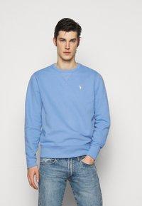 Polo Ralph Lauren - FLEECE CREWNECK SWEATSHIRT - Felpa - blue lagoon - 0