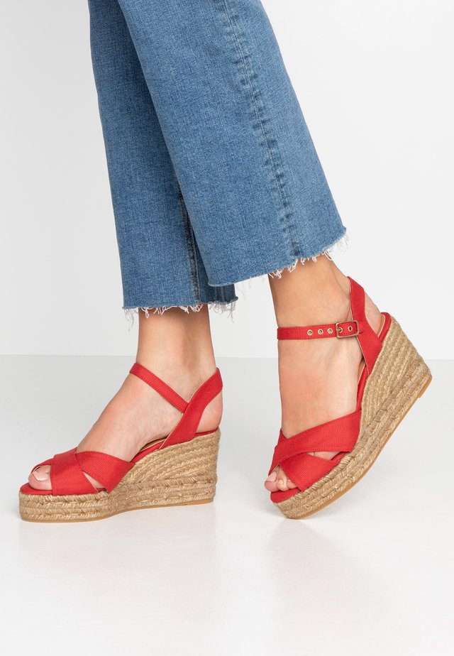 BLAUDELL - Korolliset sandaalit - rojo