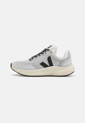MARLIN - Chaussures de running neutres - polar/black
