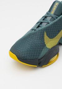 Nike Performance - AIR ZOOM SUPERREP 2 UNISEX - Træningssko - hasta/bright citron/dark smoke grey/steam - 5