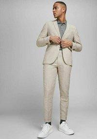 Jack & Jones PREMIUM - JPRRAY SID  - Pantalón de traje - beige - 1