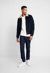 Jack & Jones - JCOSPENCER CREW NECK - Svetr - cloud dancer - 1