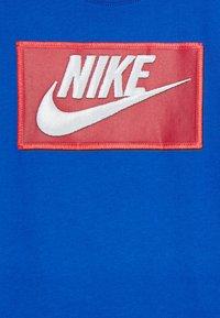 Nike Sportswear - FAUX FUTURA PATCH TEE - Triko spotiskem - game royal - 2