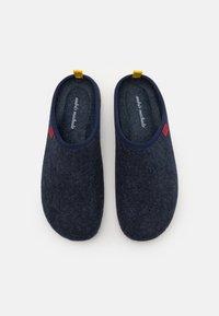 Andres Machado - DYNAMIC - Pantoffels - blue/yellow - 3