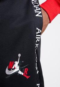 Jordan - M J JM CLSCS TRICOT WRMP PANT - Teplákové kalhoty - black/gym red/white - 4