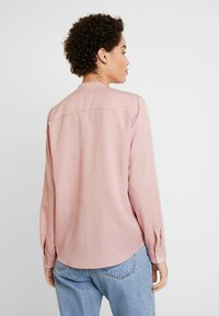 Marc O'Polo - BLOUSE ROUND NECK WITH FRINGES - Camisa - strawberry cream - 2