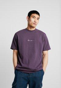 Mennace - ESSENTIAL SIG UNISEX - Basic T-shirt - purple - 0
