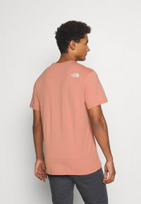The North Face - SIMPLE DOME TEE NEW TAUP - T-shirt con stampa - pink clay - 2