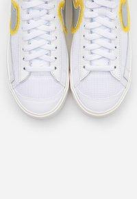 Nike Sportswear - BLAZER 77 - Baskets montantes - white/metallic sliver/university gold - 5