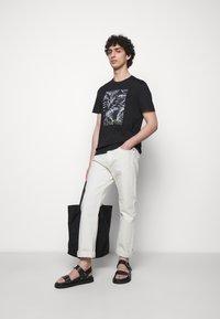 Michael Kors - PALM BLOCK TEE - Print T-shirt - black - 1