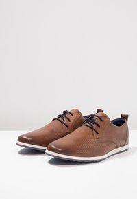 Pier One - Zapatos con cordones - cognac - 2