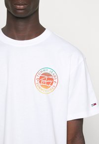Tommy Jeans - CIRCULAR GRAPHIC TEE - Printtipaita - white - 6