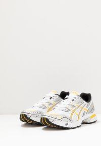 ASICS SportStyle - GEL-1090 - Sneakersy niskie - white/saffron - 4