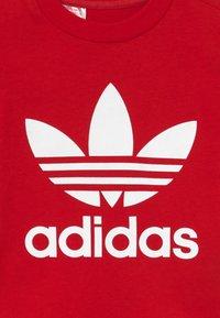 adidas Originals - TREFOIL TEE - T-shirt print - scarle/white - 3
