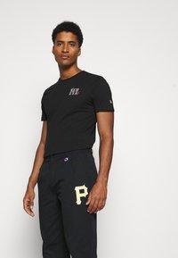 Champion - MLB PREMIUM PITTSBURGH PIRATES STRAIGHT HEM PANTS - Club wear - black - 2