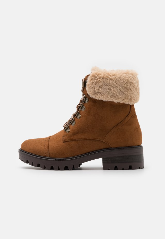 MILLS CUFF HIKER BOOT - Lace-up ankle boots - tan