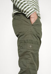 Lindbergh - PANTS - Cargo trousers - army - 3