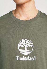 Timberland - STACK LOGO TEE - Print T-shirt - grape leaf - 5