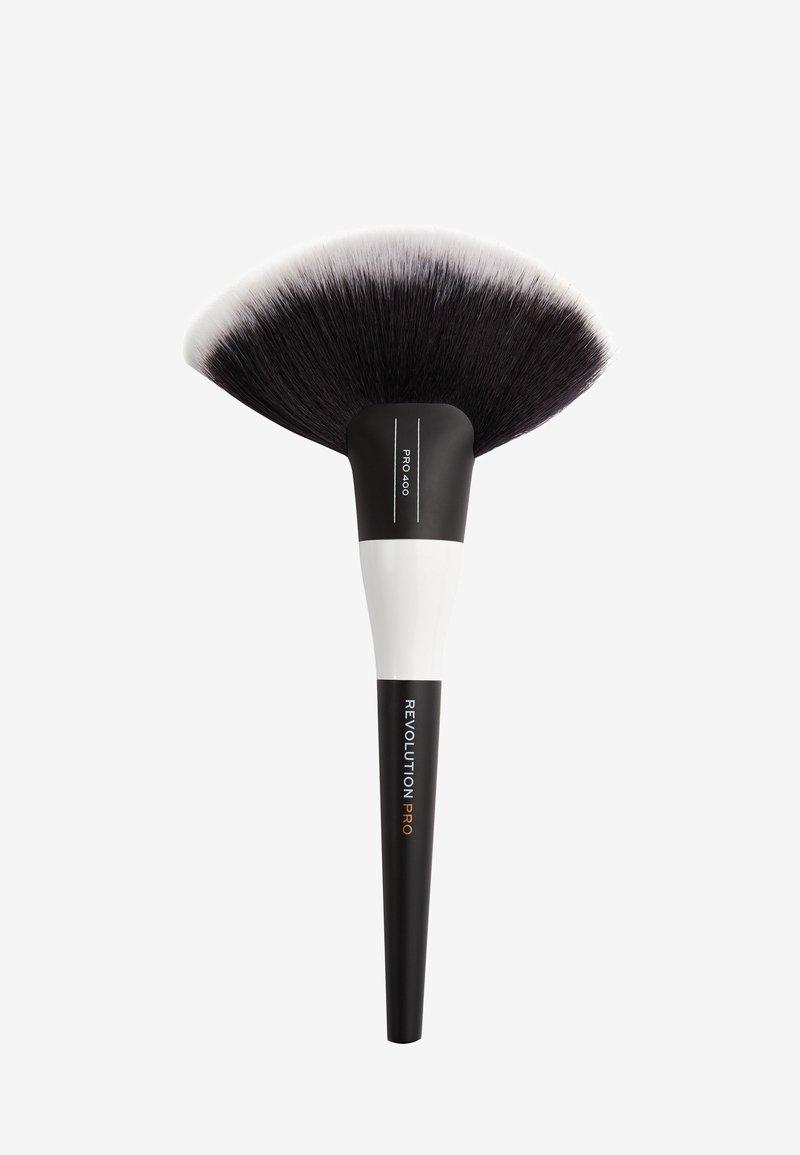 Revolution PRO - EXTRA LARGE FAN BRUSH - Makeup brush - 400