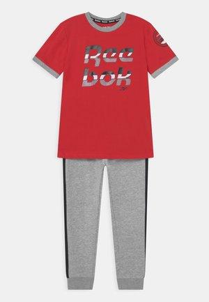 TEE PANT SET UNISEX - T-shirt imprimé - red vector