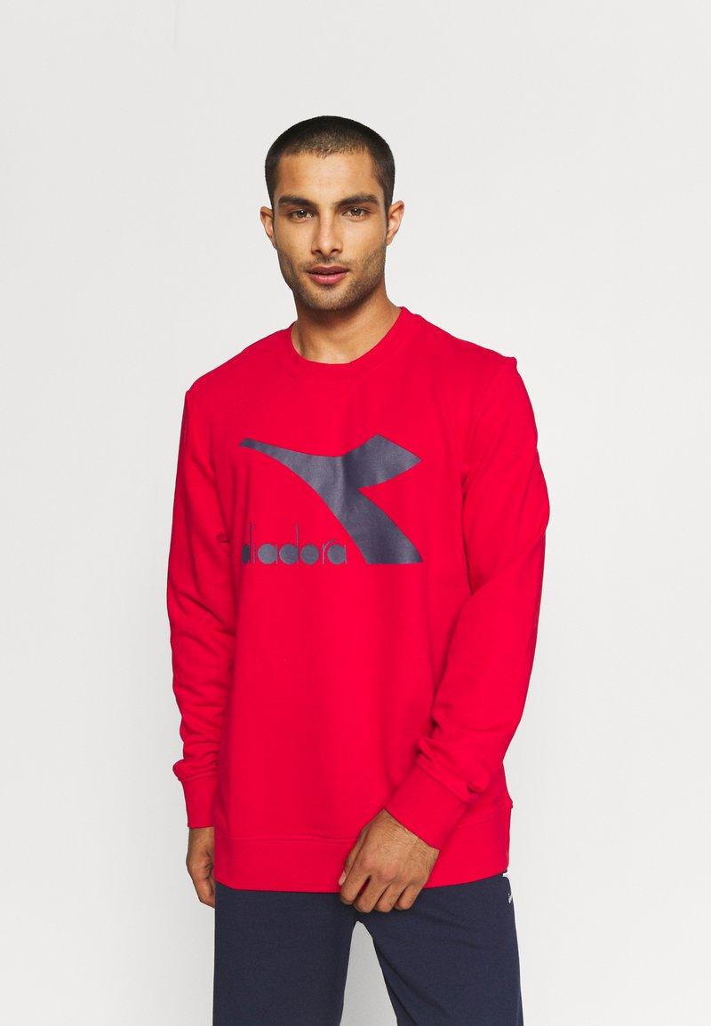 Diadora - CREW LOGO CHROMIA - Sweatshirt - tango red