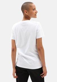 Vans - WM BORDER FLORAL BF - Print T-shirt - white - 1