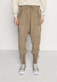 Cream - NANNA PANTS - Pantalon classique - timber wolf - 0
