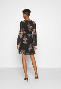 Vero Moda - VMNEWALLIE BELT SHORT DRESS - Vestito estivo - black - 2