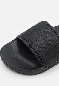 Calvin Klein - SLIDE MONO - Matalakantaiset pistokkaat - black - 5