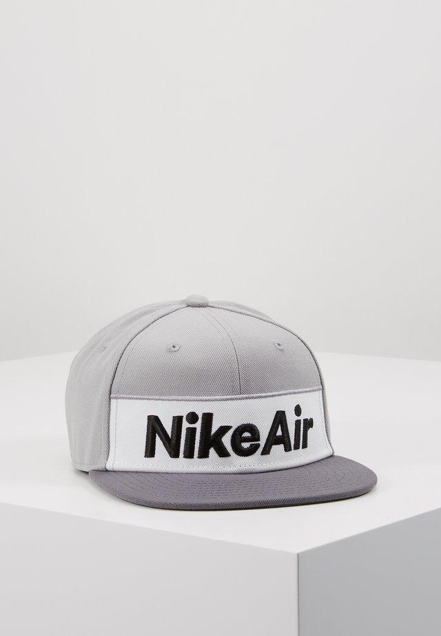 NSW NIKE AIR FLAT BRIM - Lippalakki - dark grey