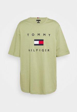 FLAG TEE - Print T-shirt - green
