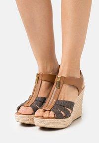 MICHAEL Michael Kors - BERKLEY WEDGE - Sandály na platformě - brown/acorn - 0