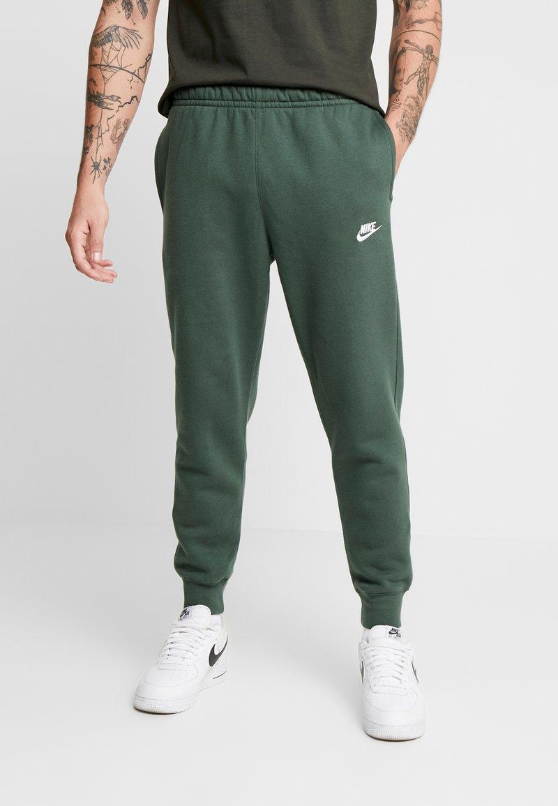 Nike Sportswear - CLUB - Tracksuit bottoms - galactic jade