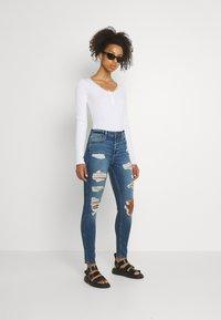 Hollister Co. - CURVY MED SHRED - Jeans Skinny Fit - blue - 1