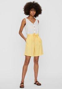 Vero Moda - Denim shorts - banana cream - 1