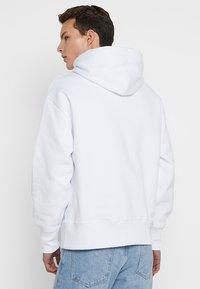 Tommy Jeans - BADGE HOODIE - Kapuzenpullover - white - 2