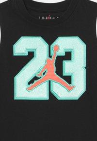 Jordan - VARSITY PATCHES SET  - Sports shorts - tropical twist - 3