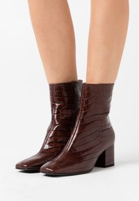 Högl - Classic ankle boots - dark brown - 0