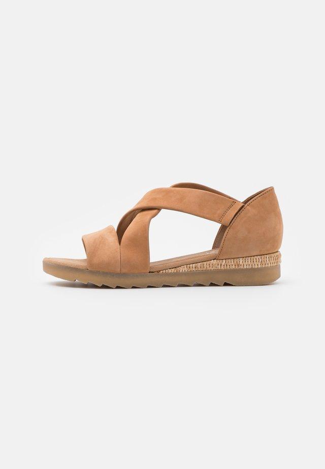 Sandaler m/ kilehæl - beige
